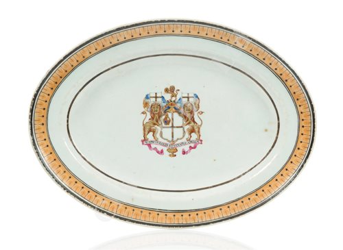 Lot 113 - A CHINESE EXPORT ARMORIAL DISH FOR THE HONOURABLE EAST INDIA COMPANY, JIAJING PERIOD, CIRCA 1800